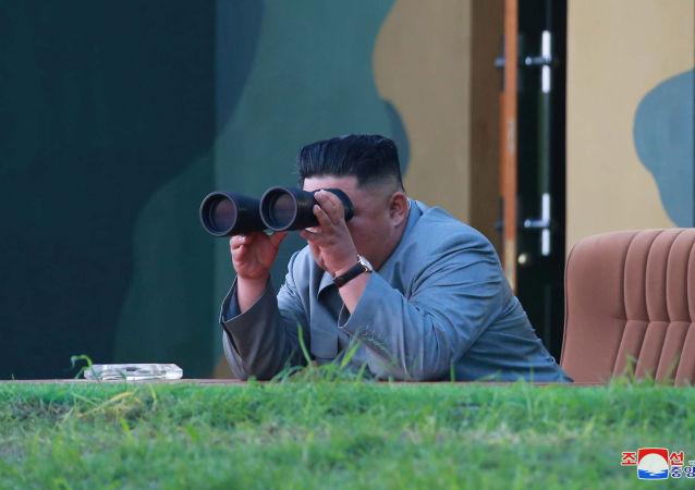 Il leader della Corea del Nord Kim Jong Un osserva attraverso il binocolo il lancio di due missili a corto raggio.