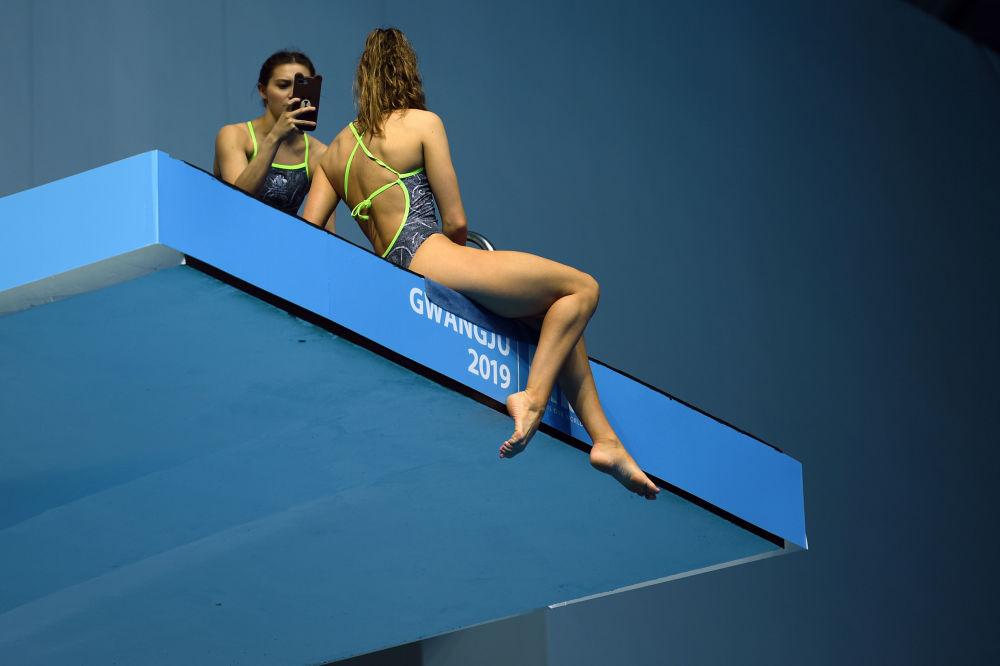 Atleta australiana scatta una foto ai Mondiali di nuoto a Gwangju, in Corea del Sud.