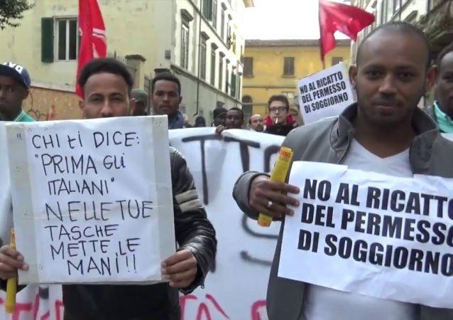 Immigrati protestano contro il trattamento riservato a loro in Italia