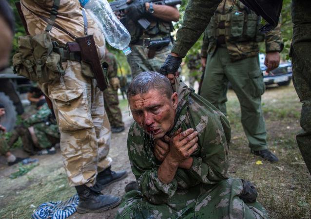 Soldato ucraino fatto prigioniero durante la battaglia per la città di Shahtersk.