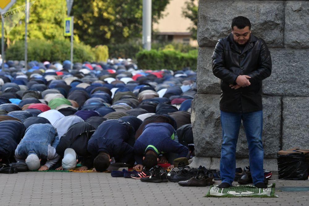 Fedeli musulmani in preghiera a San Pietroburgo, nel giorno della festa del Sacrificio