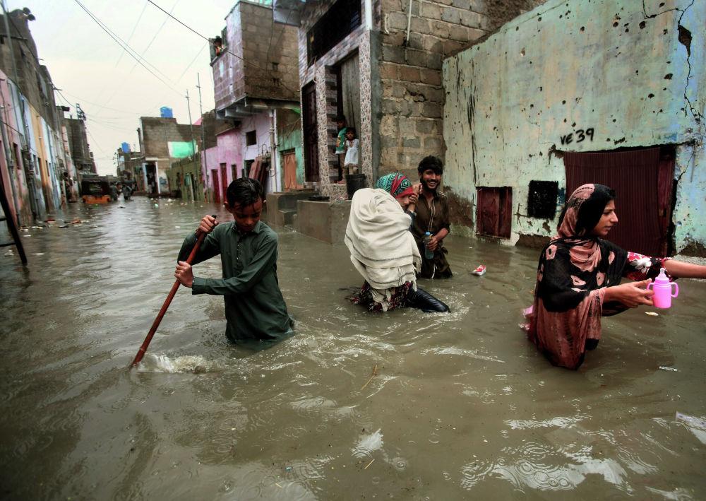 Le strade di Karachi, Pakistan, inondate dopo le piogge monsoniche