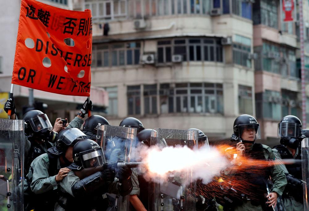 La polizia disperde i manifestanti nel quartiere di Sham Shui Po ad Hong Kong