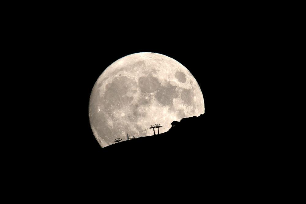 La Luna nel cielo sopra la vetta del monte Helmos in Grecia
