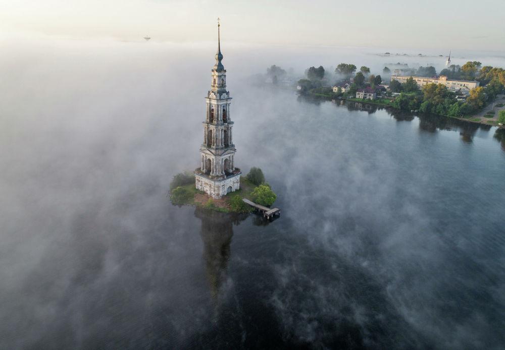 Il famoso campanile di Kalyazin sul Volga, fotografato il 12 agosto