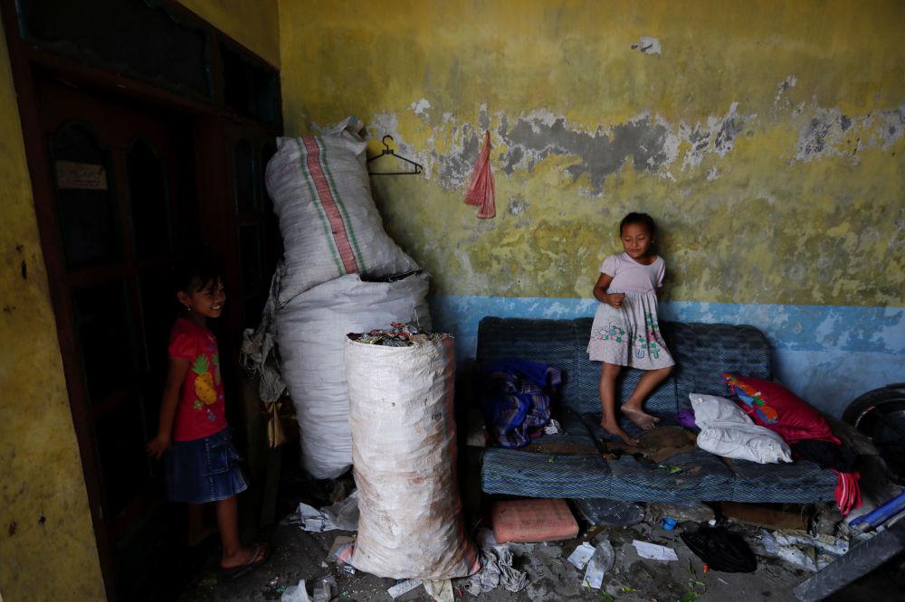 I rifiuti sono presenti in tutti gli spazi della vita dei bambini del villaggio di Bangun nella provincia di Mojokerto in Indonesia