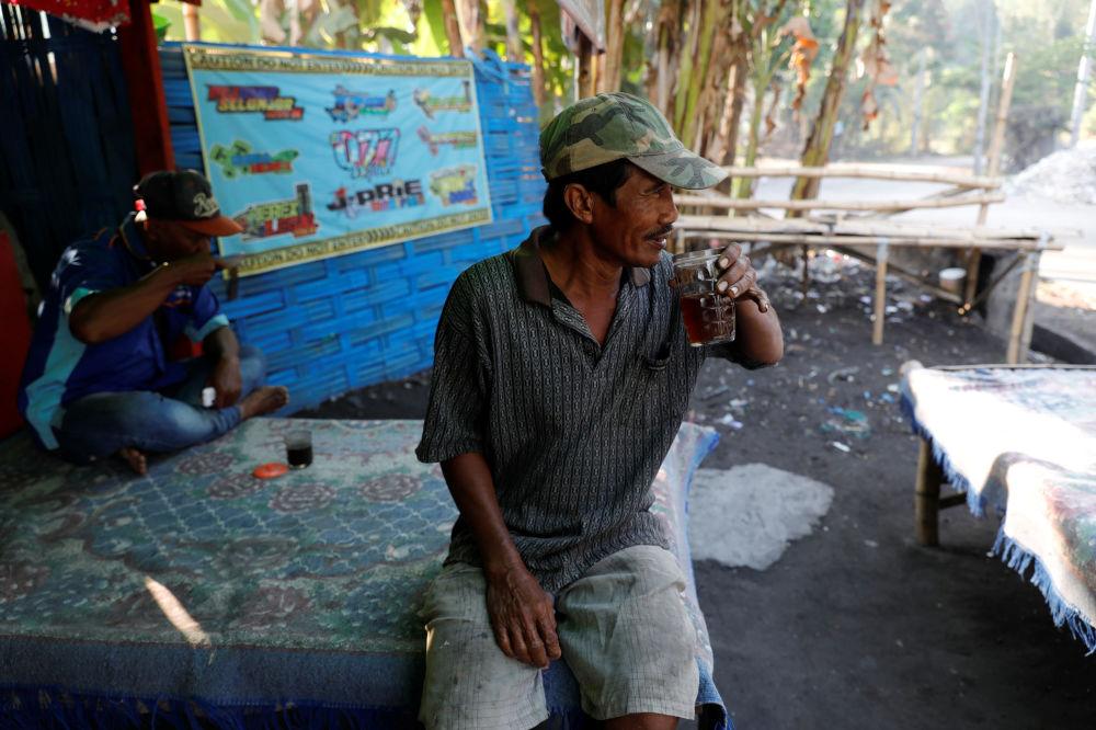 Salam ha 54 anni e prima di iniziare il suo turno si concede una tazza di thè