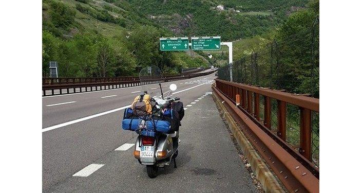 La vespa di Stefano Medvedich al confine di stato con l'Austria