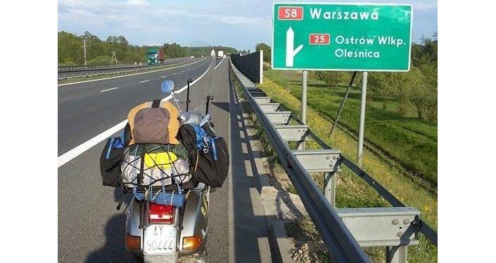 La vespa di Stefano Medvedich in una sosta lungo un'autostrada polacca