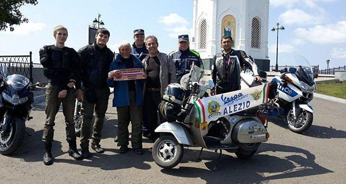 Foto di gruppo a Krasnoyarsk con i motociclisti e la polizia stradale del loco
