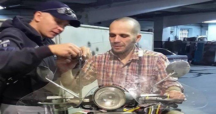 Vespisti russi al lavoro per realizzare un nuovo parabrezza per la vespa di Stefano Medvedich