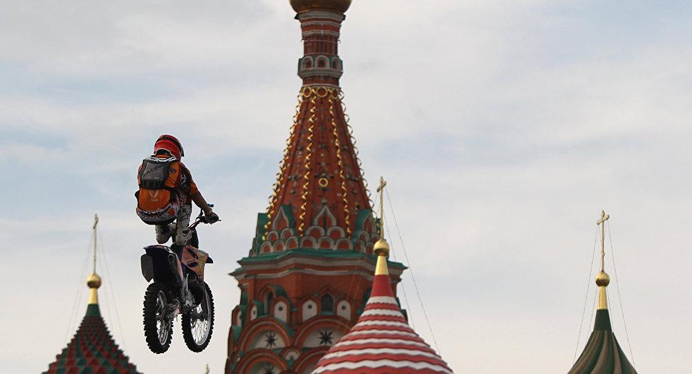 Un biker volteggia sulla Piazza Rossa