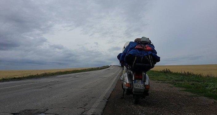 La Vespa di Stefano Medvedich su una strada della Siberia