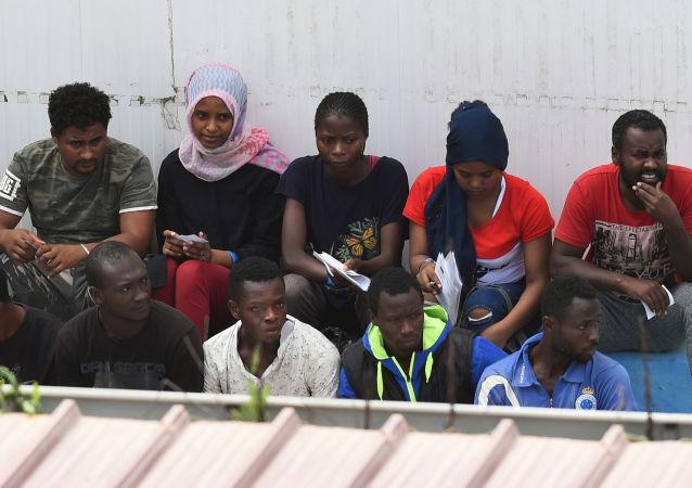 Migranti sbarcati dalla nave spagnola Open Arms