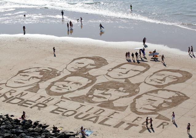 I volti dei leader dei Paesi di G7 disegnati sulla sabbia