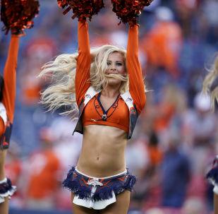 Le cheerleader della squadra di calcio statunitense Denver Broncos durante la partita del campionato nazionale contro San francisco 49ers.