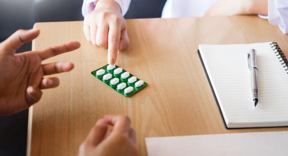 Medico mostra medicine a un paziente