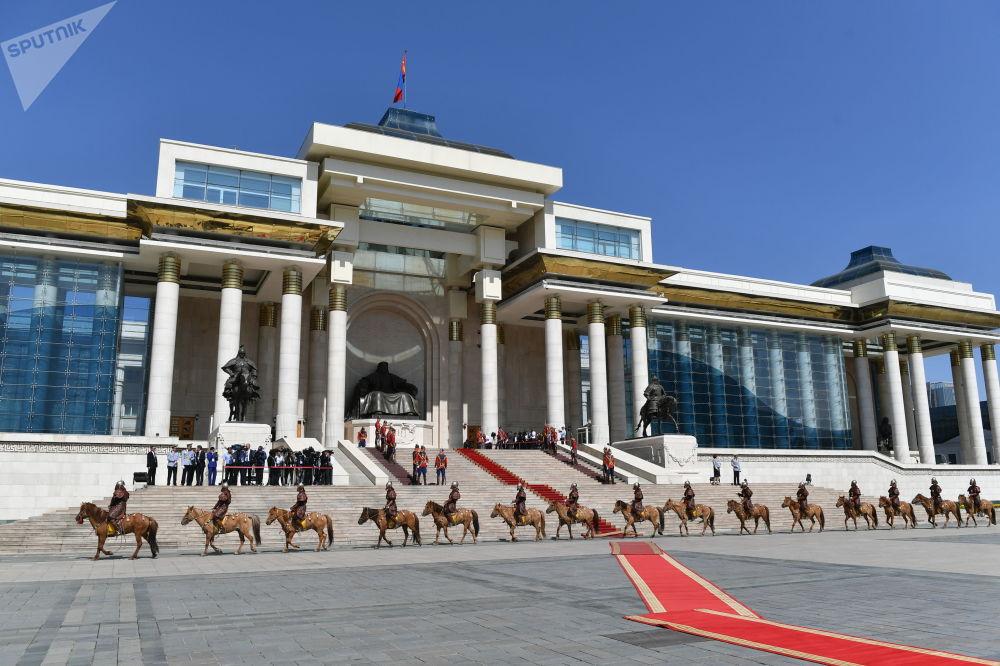 La brigata a cavallo della Guardia Nazionale della Mongolia si schiera di fronte alla sede del governo mongolo, ad Ulan Bato