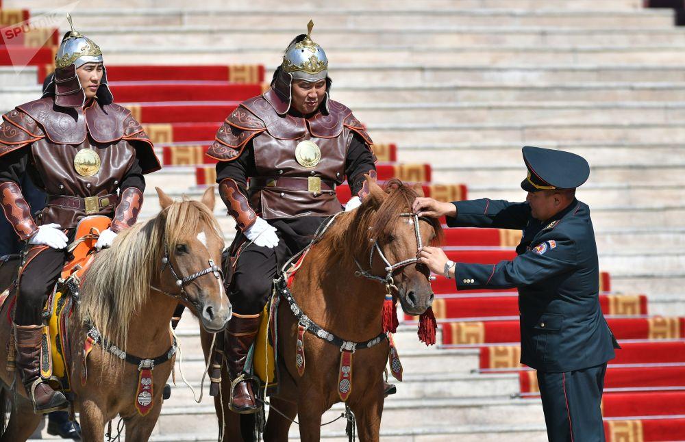 Un cavaliere della Guardia Nazionale mongola