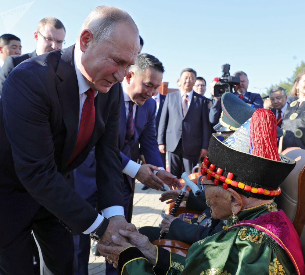Il presidente Putin saluta un veterano mongolo