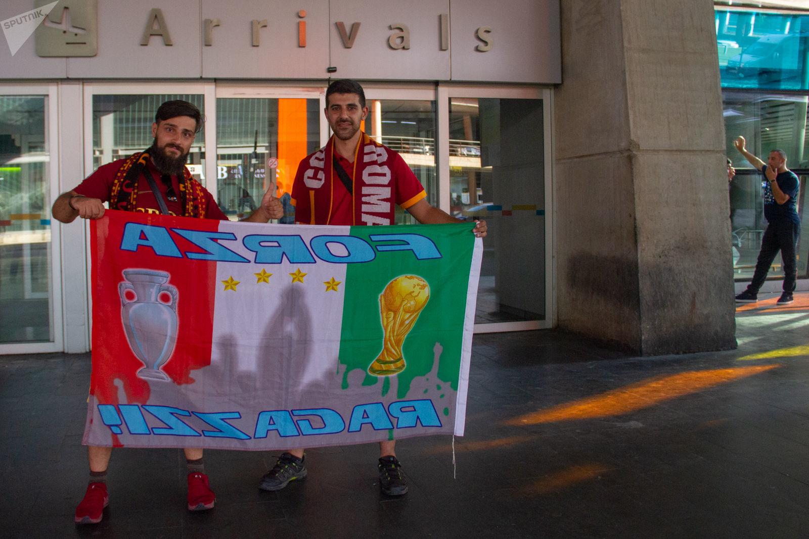 Tifosi della Roma iraniani in attesa dei giocatori della nazionale italiana all'aeroporto di Yerevan