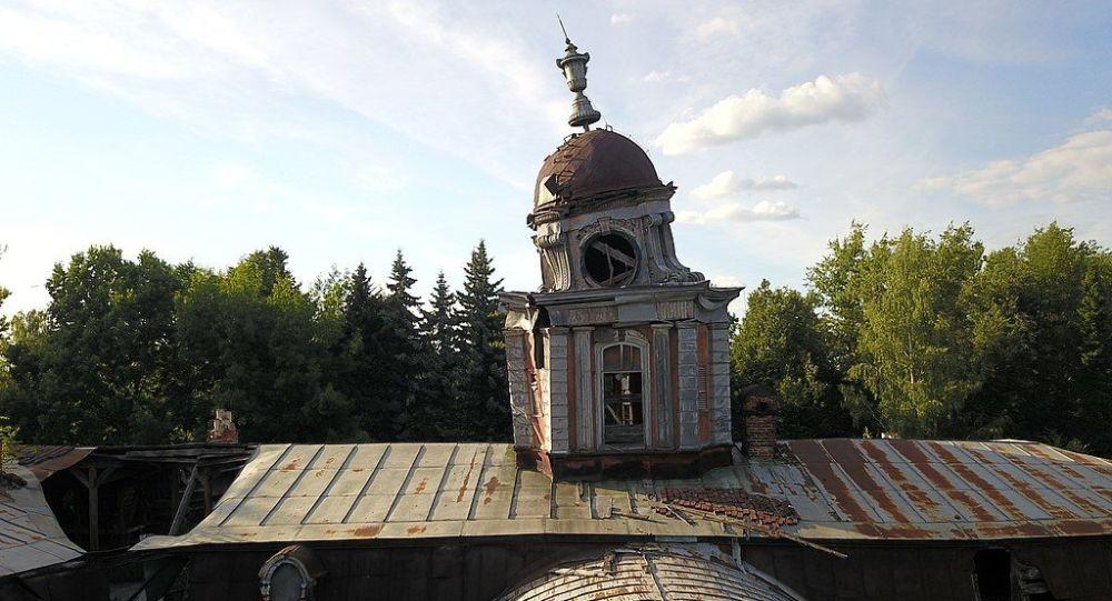 Vinogradovo, una vecchia torre sgangherata