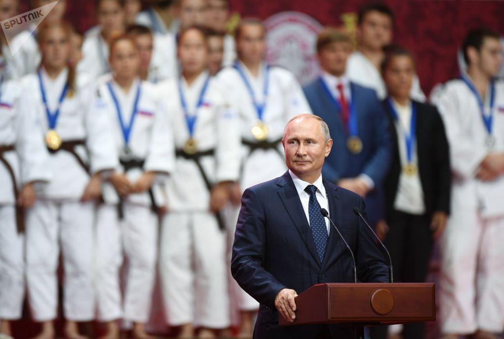Il presidente russo Vladimir Putin parla alla cerimonia di premiazione dei vincitori del Terzo Torneo di Judo Internazionale tra i giovani avvenuta al Forum Economico Orientale a Vladivostok.