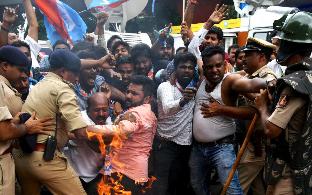 Le proteste contro il primo ministro indiano Narenda Modi e il ministro dell'interno Amit Shah a Bangalore.