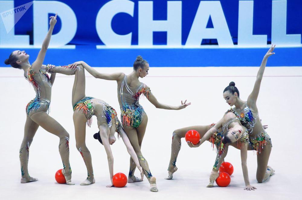 Le ginnaste russe si esibiscono durante il World Challenge Cup-2019 a Kazan.