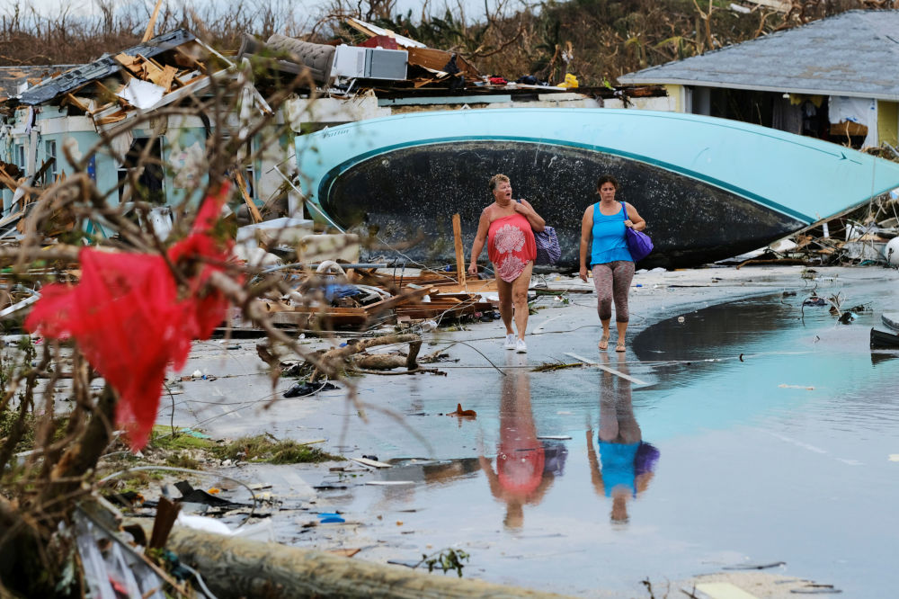 Donne fanno un giro tra le macerie dopo che l'uragano Dorian ha colpito le Bahamas.