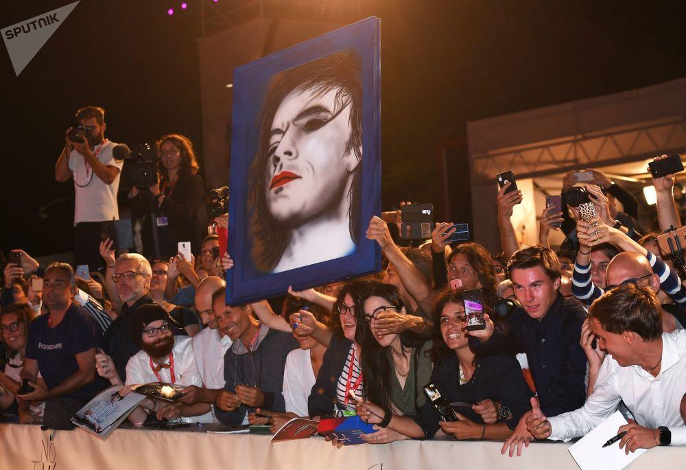 I fan del musicista Mick Jagger alla la 76esima Mostra Internazionale d'arte cinematografica di Venezia.