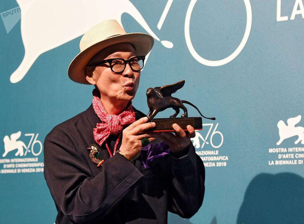 Regista cinese Yonfan, che ha vinto il Premio per la Migliore Sceneggiatura, grazie al suo film Ji yuan tai qi hao (No. 7 Cherry Lane).
