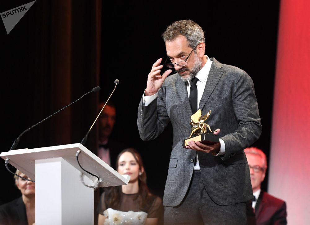 Regista Todd Phillips ha vinto il Leone d'Oro per il miglior film con il suo Joker.