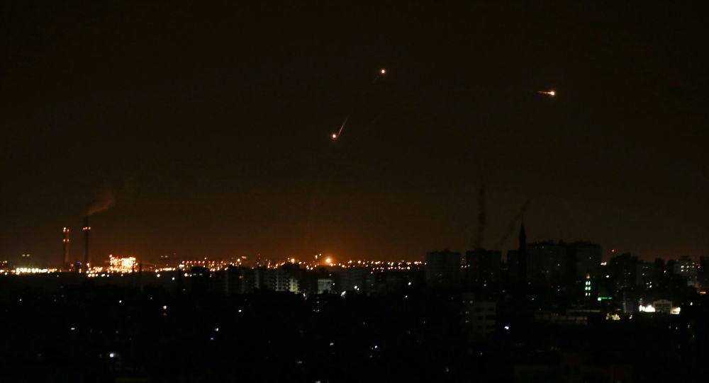 Tre missili del sistema difensivo Iron Dome israeliano