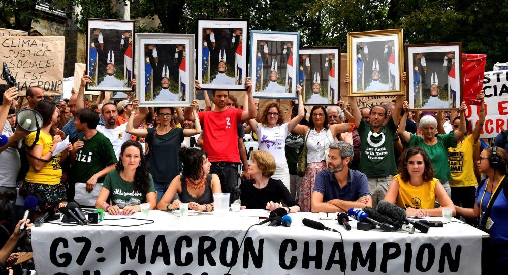 Attivisti francesi con i ritratti di Macron