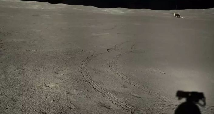 Il rover lunare cinese Yutu-2 inquadra la misteriosa sostanza gelatinosa sul lato oscuro della  Luna.