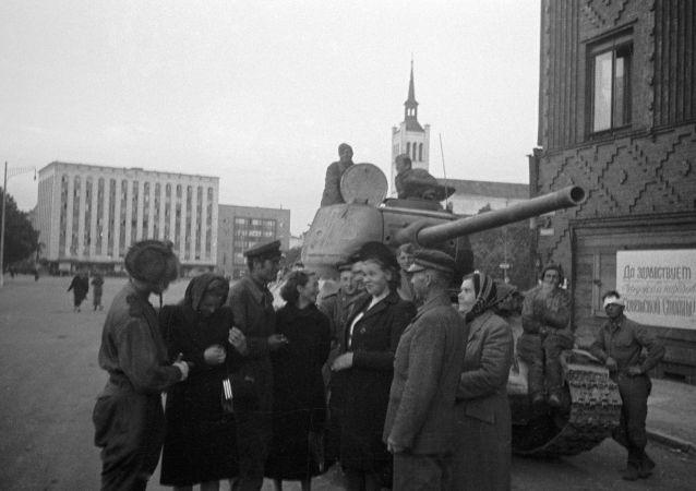 Soldati sovietici a Tallin dopo liberazione dal nazismo (foto d'archivio)
