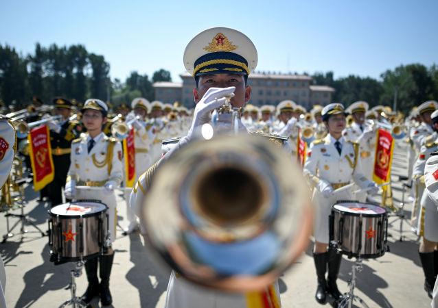 Un membro dell'orchestra militare cinese si esibisce a Pechino.