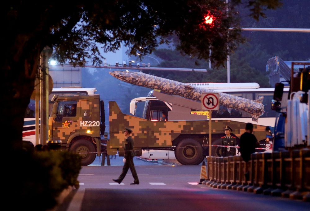 Un veicolo militare percorre una delle strade di Pechino.
