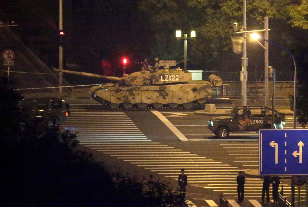 Carri armati per le strade di Pechino.