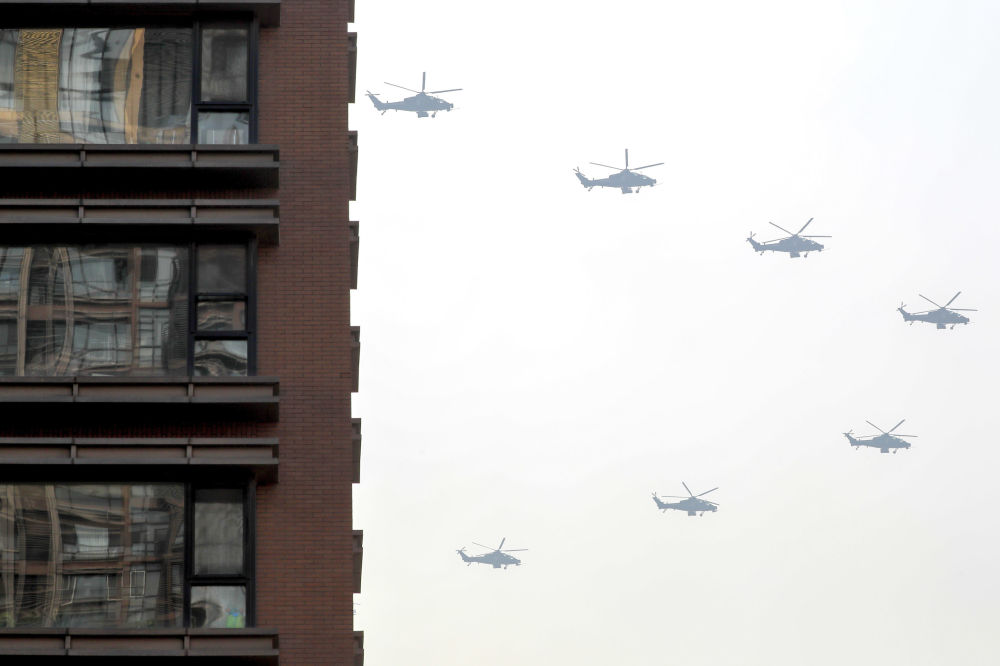 Elicotteri militari nel cielo di Pechino, alle prove della Parata per il 70° anniversario di nascita della Repubblica popolare cinese.