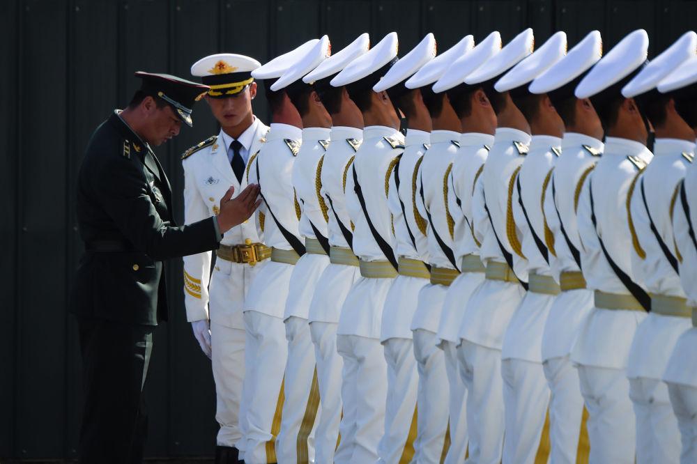 I militari cinesi prendono parte alle esercitazioni in marcia.