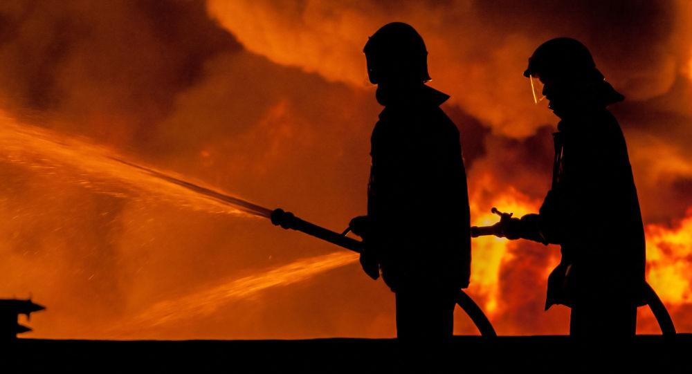 Pompieri al lavoro (foto d'archivio)