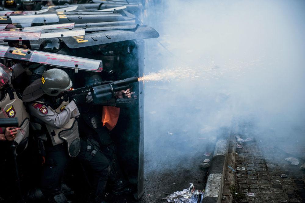 La polizia usa manganelli, proiettili di gomma e gas lacrimogeni contro i manifestanti
