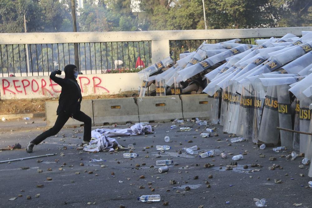 In precedenza in Indonesia si sono svolte manifestazioni e proteste contro la discriminazione religiosa e razziale. Durante gli scontri tra manifestanti e polizia, sono morte 20 persone
