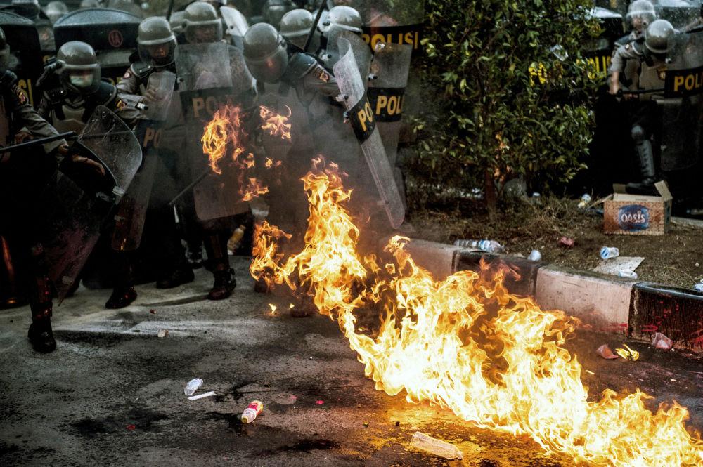 I partecipanti alle rivolte non solo hanno lanciato petardi e molotov contro i poliziotti, ma hanno anche dato fuoco a diversi palazzi governativi