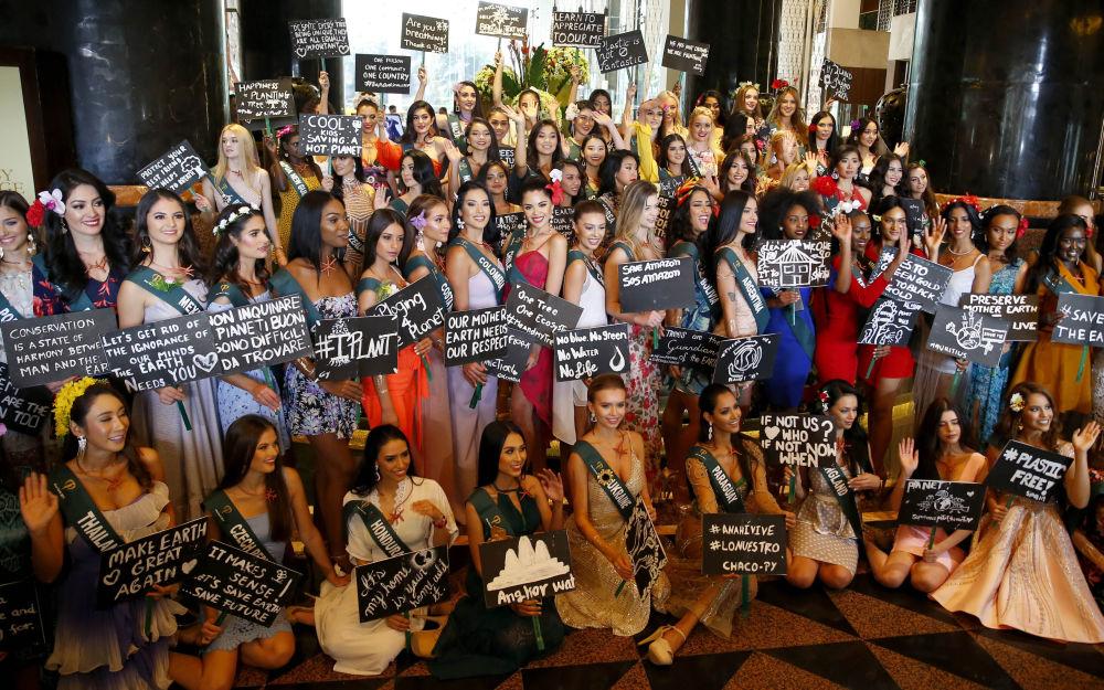 Le candidate di Miss Earth 2019 posano con i loro messaggi per salvare la Madre Terra.