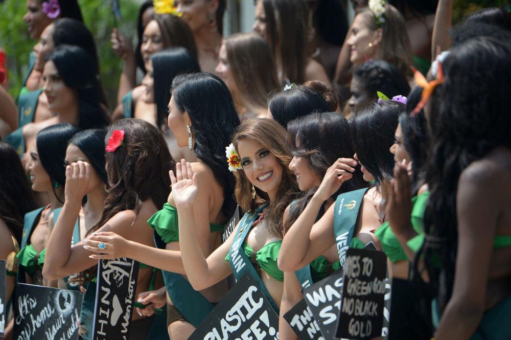 Le candidate di Miss Earth 2019 alla manifestazione ecologica nelle Filippine.