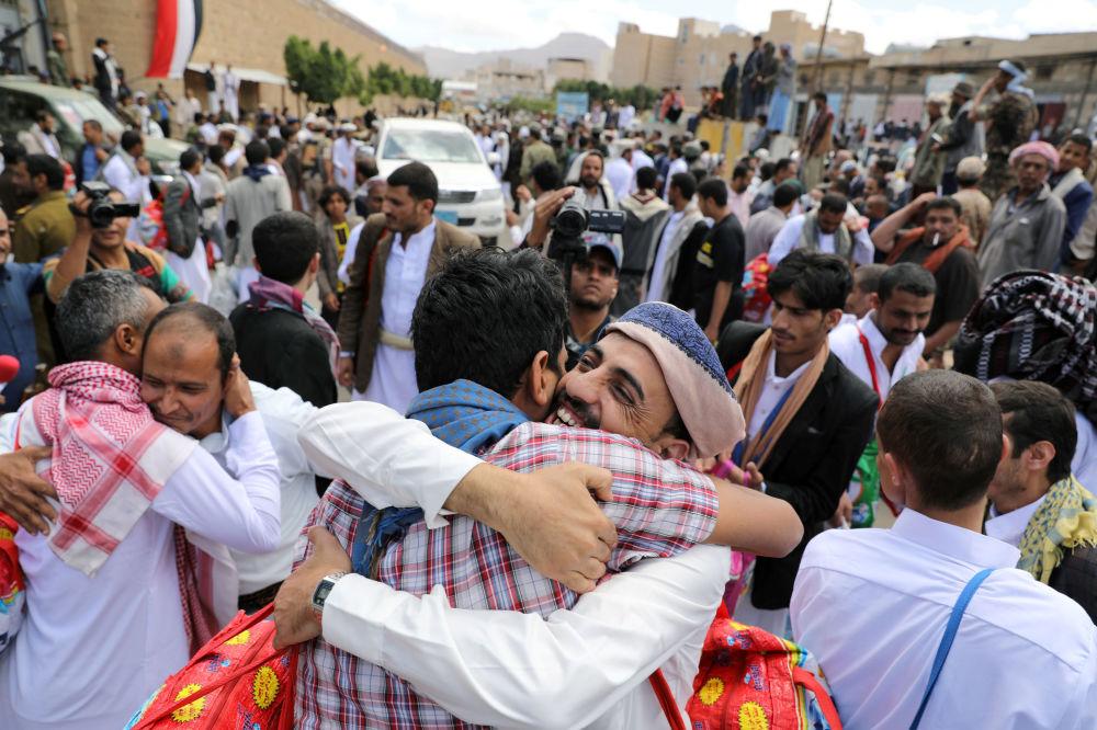 I prigionieri abbracciano i parenti dopo che gli Huthi li hanno liberati dalla prigione centrale di Sanaa, nello Yemen.