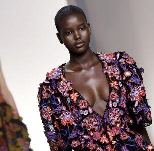 Modella australiana Adut Akech alla sfilata Givenchy primavera-estate 2020 a Parigi.
